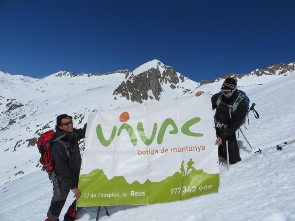 Con la mega pancarta de Vivac, amigo y colaborador. En la cima era imposible desplegarla